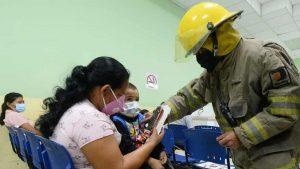 Bomberos llevaron alegría en su día a los niños del Hospital Bloom
