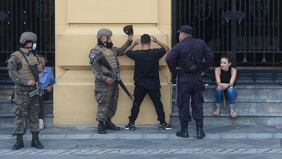 JF-soldados-militares-seguridad-publica-cateo-joven