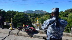 Sargento de la PNC que se conducía en moto murió al caer del  puente de Majucla