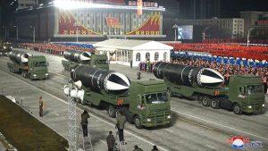 """Corea del Norte presenta el """"arma más poderosa del mundo"""" en desfile previo a investidura de Biden"""