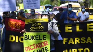 Manifestantes acusan a Bukele de adoptar medidas autoritarias durante la pandemia de COVID-19