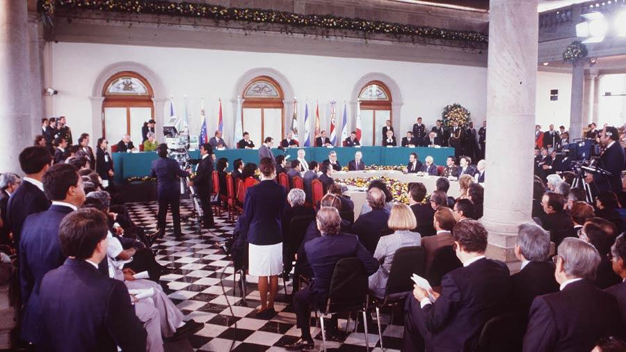 FOTO DE LOS ACUERDOS DE PAZ EN 1992 REALIZADOS EN CAHPULTEPEC MEXICOFOTO EDH