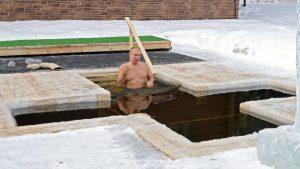 ¡Sin temor a congelarse! Así fue como Valdimir Putin se sumergió en aguas de -20ºC para celebrar la Epifanía