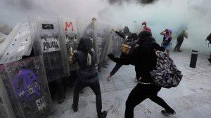 IMÁGENES: Manifestantes derriban cerco que protegía Palacio Nacional en México por protesta del 8M