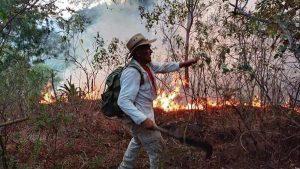 Residentes, bomberos y militares luchan por sofocar incendio en La Montañona