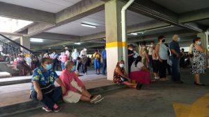 Confusión y largas filas para abordar transporte que conduce hasta el megacentro de vacunación