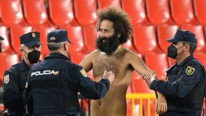 ¡Insólito! Hombre desnudo invade cancha durante el encuentro entre Granada y el Manchester United