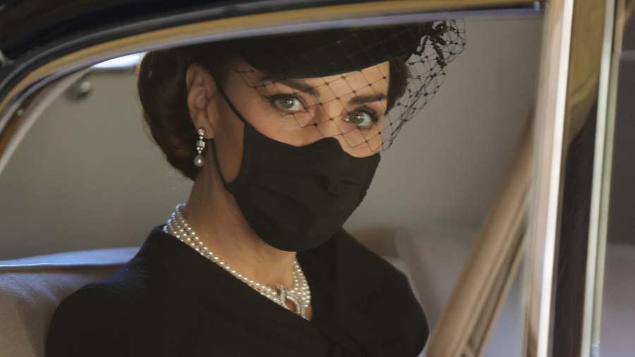 Kate-Middleton-y-su-deslumbrante-look-en-el-sepelio-del-esposo-de-la-Reina-Isabel-(2)