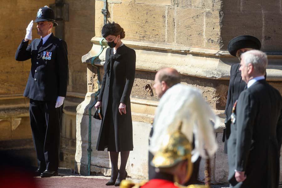 Kate-Middleton-y-su-deslumbrante-look-en-el-sepelio-del-esposo-de-la-Reina-Isabel-(5)