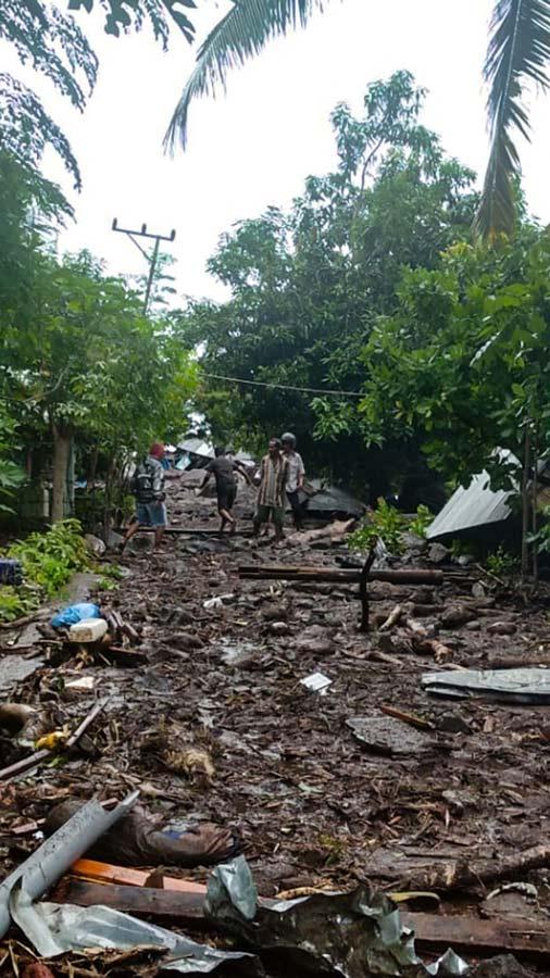 Mas-de-90-muertos-y-decenas-de-desaparecidos-en-inundaciones-en-Indonesia01-