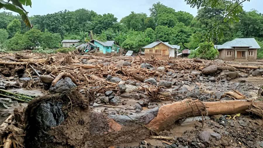 Mas-de-90-muertos-y-decenas-de-desaparecidos-en-inundaciones-en-Indonesia04-