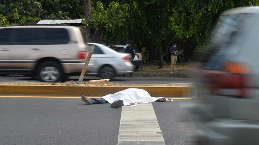 Un-hombre-sin-identificar-luego-de-golpearse-contraun-vehiculo-en-marcha-en-el-kilometro-25-de-la-carretera-a-Sonsonate-09