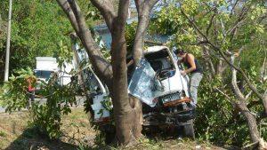 Automovilistas rescataron a conductor de camión que se quedó dormido mientras transitaba sobre la carretera a Comalapa