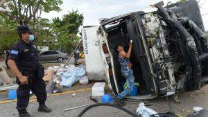 """""""Al ver que íbamos a chocar, nos juntamos"""": cinco hombres sobreviven a la muerte tras accidente en un camión en San Juan Talpa"""
