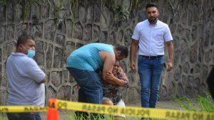 """""""¡Mi niño! ¿Adónde está el que se lo llevó?"""": familia llora muerte de joven motociclista atropellado cerca de la UES"""