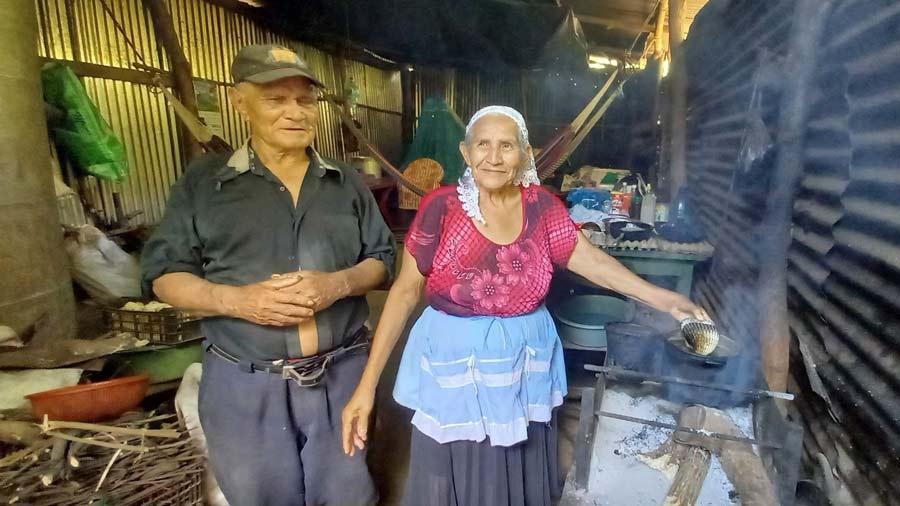 pareja-de-esposos-vende-maranones-para-comprar-agua07