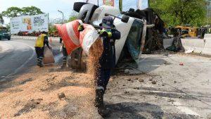 Fotos: 10 trabajadores, 3 camiones de basura y 3 grúas se necesitaron para retirar camión de basura accidentado en calle al puerto