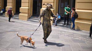 FOTOS: Estatuistas y su mascota Chester son desalojados por agentes del CAM