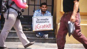 Carlos Maravilla, el joven maestro que da clases gratis de Matemáticas en el centro de San Salvador