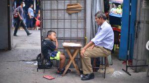"""""""Mi mayor satisfacción es ver que ellos se superen"""". El profesor Urrutia se dedica a dar clases a los niños del centro de San Salvador"""