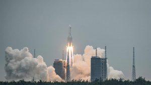 Cohete chino sin control está cada vez más cerca de la Tierra. ¿Podría impactar en una zona habitada?