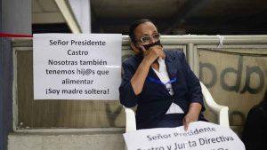 """""""Si me quitan, no podré encontrar trabajo"""": Marta hace huelga de hambre en la Asamblea junto a otros empleados"""