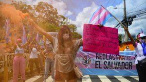 """""""Es un retroceso enorme la decisión que han tomado los diputados"""", dice población LGBTI"""