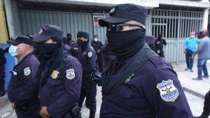 """""""Muchos hemos tenido que arreglar nuestras botas de nuestro bolsillo"""": Agente en protesta por traslados"""