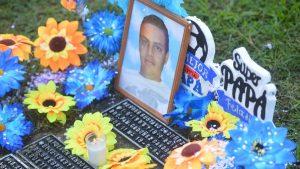 """""""Uno siempre los lleva en la memoria"""": Familias rinden honor a los padres que fallecieron"""