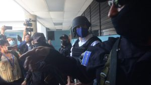 Casco y chaleco antibalas: así fue llevado el exalcalde Ernesto Muyshondt a los tribunales