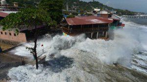 Olas de entre 3 y 2 metros afectan a decenas de negocios en la costa salvadoreña