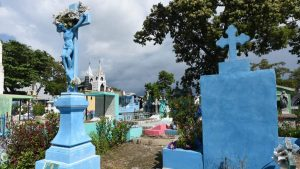Polémica en redes por cementerio pintado de cyan en Ilopango
