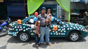 ¡No hay descanso! Padres que trabajan en su día en el centro de San Salvador