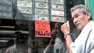 Imágenes históricas sobre cómo se han adaptado los salvadoreños a un cambio de moneda en El Salvador