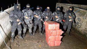 Enterrados en manglares, así fueron encontrados 200 kg de droga en Tecoluca