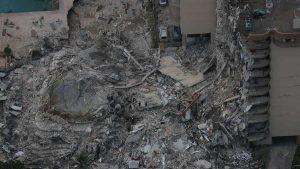 Un muerto y más de 50 desaparecidos tras derrumbe de edificio en Miami