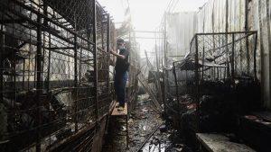 """""""Nada me quedó, todo se me quemó"""", lamenta Conchita al recoger las ollas donde hacía fresco en el mercado de Usulután"""