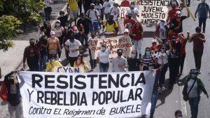 """""""No al militarismo"""", estudiantes de la UES protestan contra las medidas de seguridad establecidas por Bukele"""