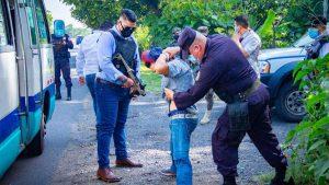Con chaleco blindado y arma semiautomática, alcalde de Acajutla patrulla junto a policías el transporte público