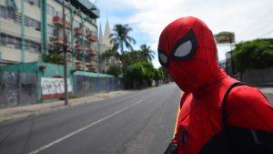 Conoce al Spiderman colombiano que vende dulces mientras recorre El Salvador