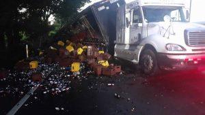 Fotos: 72,000 botellas de cerveza destruidas tras accidente de camión repartidor en Sonsonate