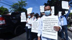 """""""No crucifiquen nuestro futuro"""": Estudiantes protestan por el cierre de 12 sedes de la UES"""