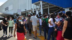 """""""Con este montón de gente no voy a dejar que vacunen a mi niña"""": La queja de una madre por aglomeraciones en hospital El Salvador"""