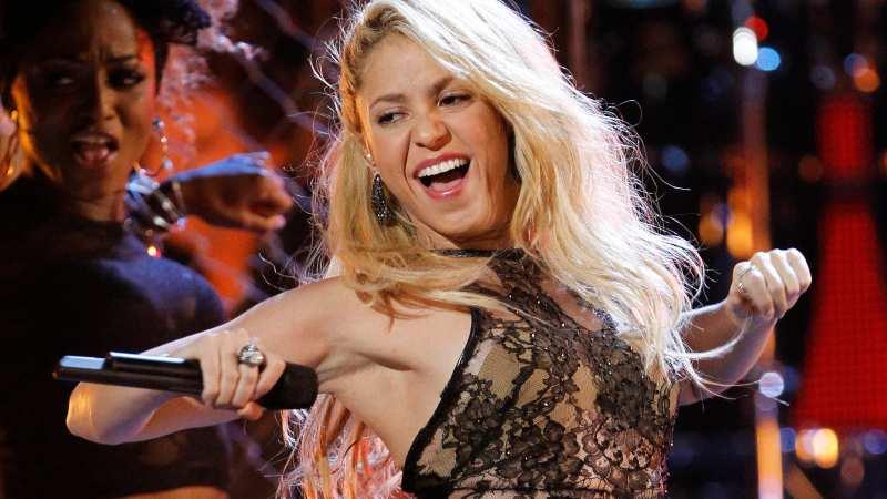 A sus 44 años, Shakira posa con escotado traje de baño metálico que deja poco a la imaginación