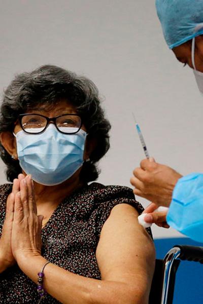El Ministerio de Salud comienza la vacunación de adultos mayores en un asilo de San Salvador